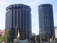 Edificis de CaixaBank a Barcelona // Imatge del web Wikimedia Commons (Foto: Jordi Ferrer)