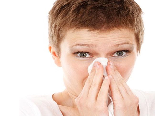 Una dona amb grip / Imatge del web Pixabay