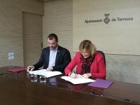 L'alcalde de Terrassa, Jordi Ballart; i l'alcaldessa de Castellbisbal, Dolors Conde, signant el conveni de col·laboració en l'àmbit de Serveis Socials // Foto: Anna Mestre