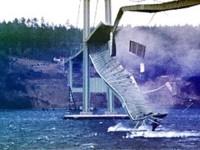 Pont de Tacoma Narrows en el moment de colapsar // Imatge de Wikimedia Commons