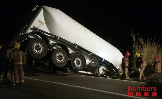 Camió accidentat // Foto: @bombers