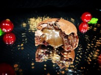 Macaron de chocolate relleno de ganache y jalea de grosella roja en campana de azúcar // Imatge Menjar a Cala Blanca
