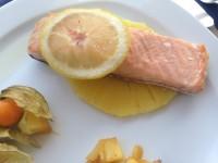 Salmón al albariño con piña y limón // Imatge Menjar a Cala Blanca
